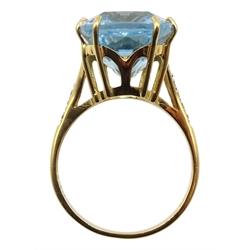 18ct gold single stone aquamarine, with diamond set shoulders hallmarked